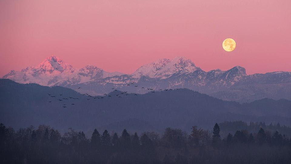 Super Luna zahaja nad Triglavom