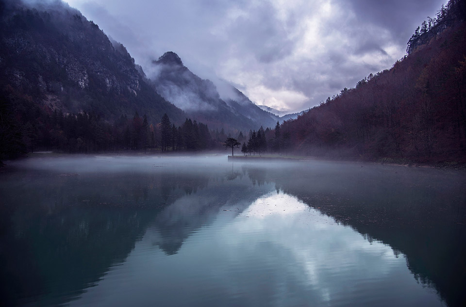Jezero Završnica na temačen, meglen dan