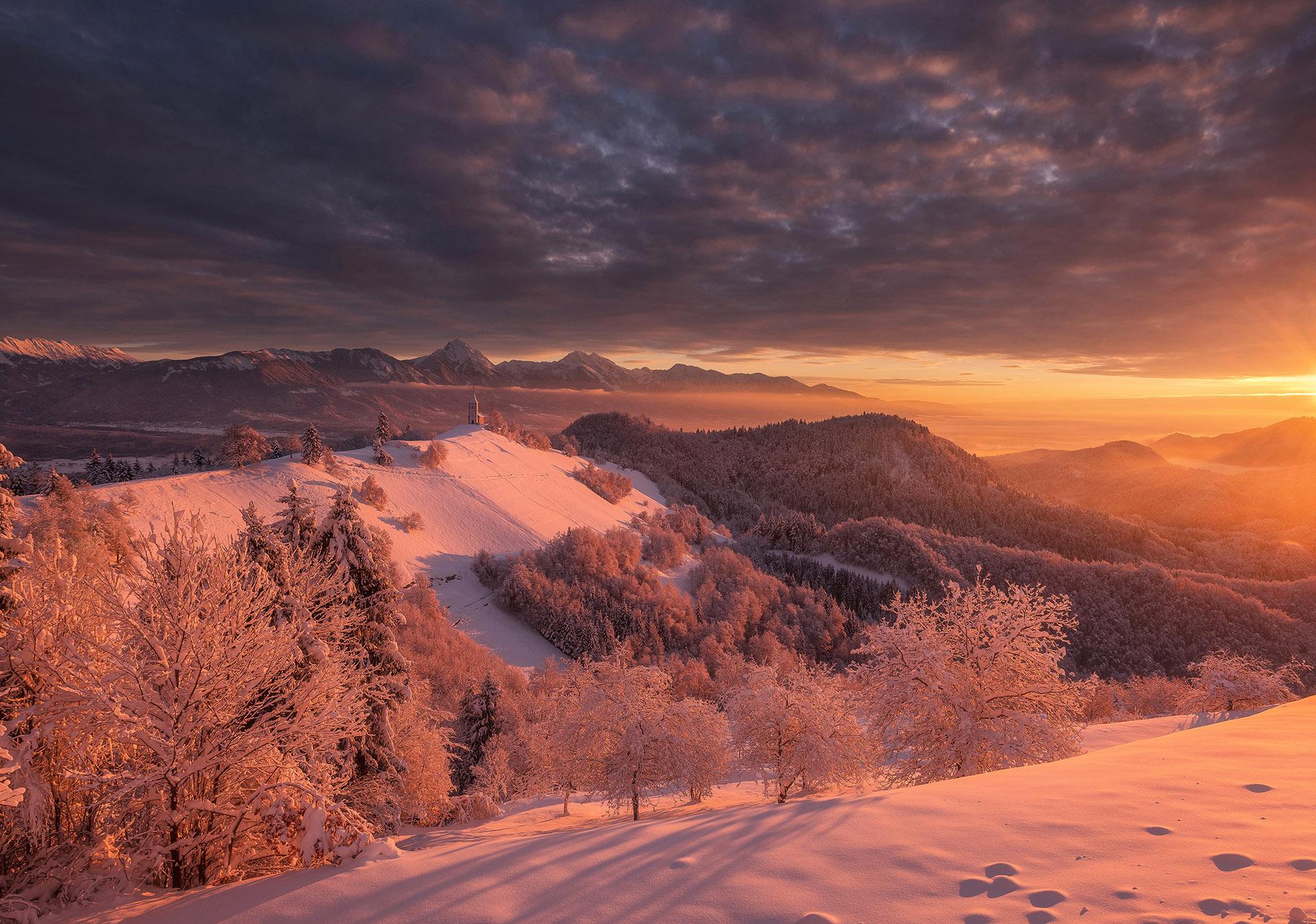 Jamnik na temačno zimsko jutro