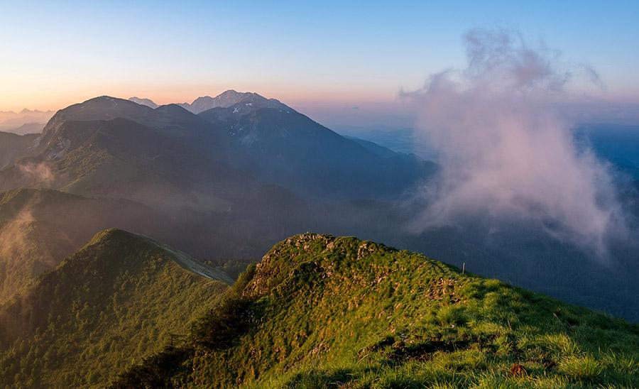 sunrise-in-the-foggy-hills