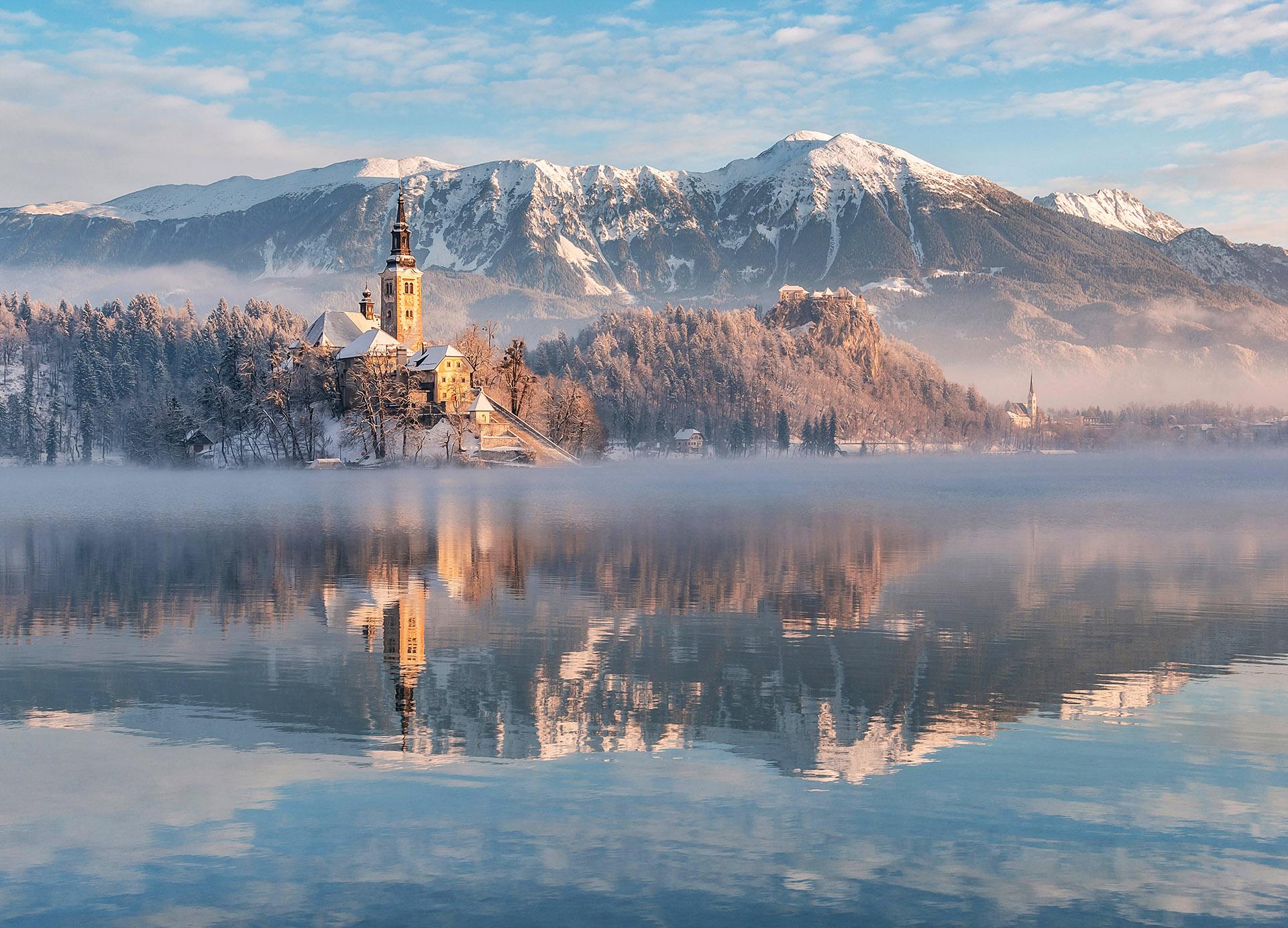 Razglednice Slovenije: Blejsko jezero na zimsko jutro
