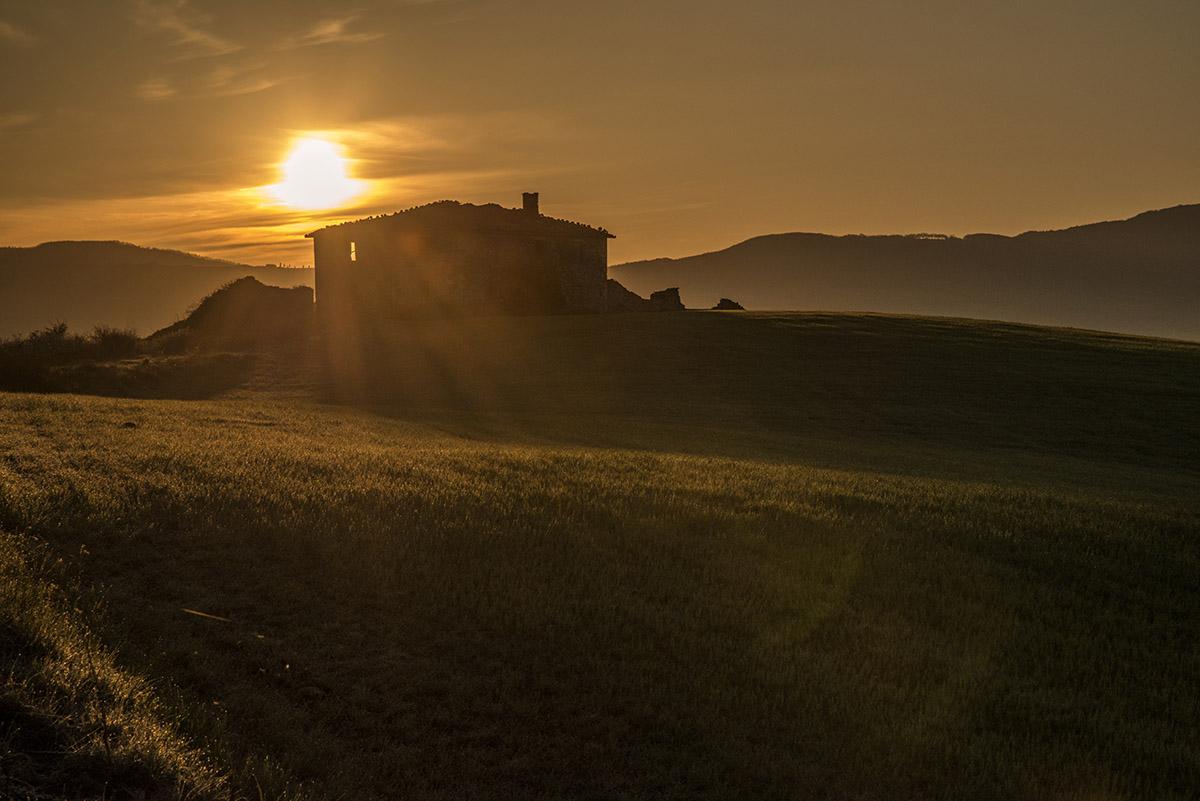 06_tuscany-sunrise-dramatic-over-house