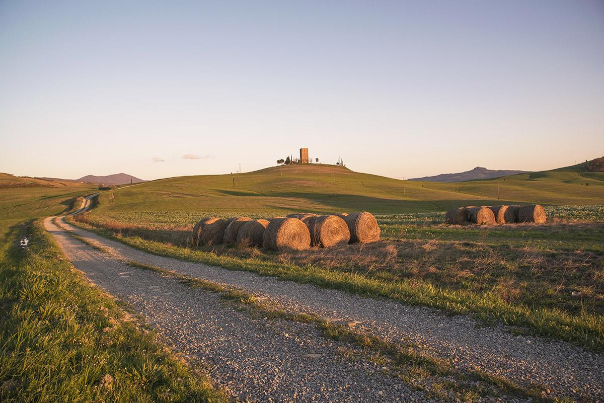 08_tuscany-sunset-abandoned-tower-hay-bale