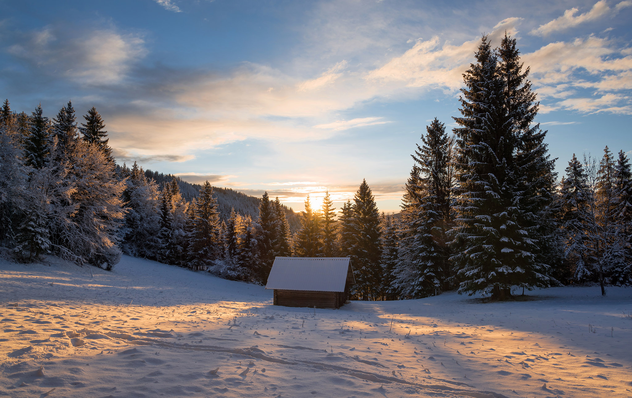 cottage-at-sunrise-in-winter